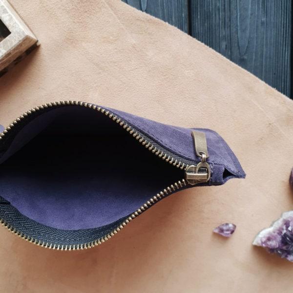 Косметичка в сумку на карабинах черничная замша