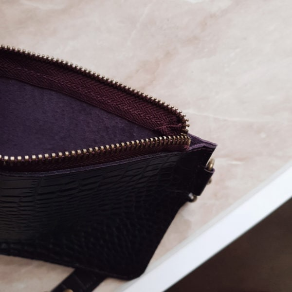 Косметичка в сумку на карабинах темно-сливовая кожа под крокодила