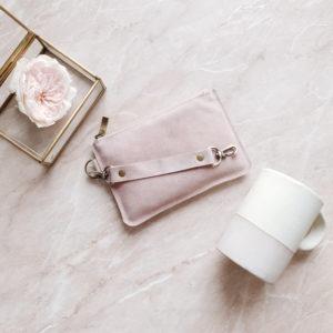 Косметичка в сумку на карабинах пудрово-розовая замша