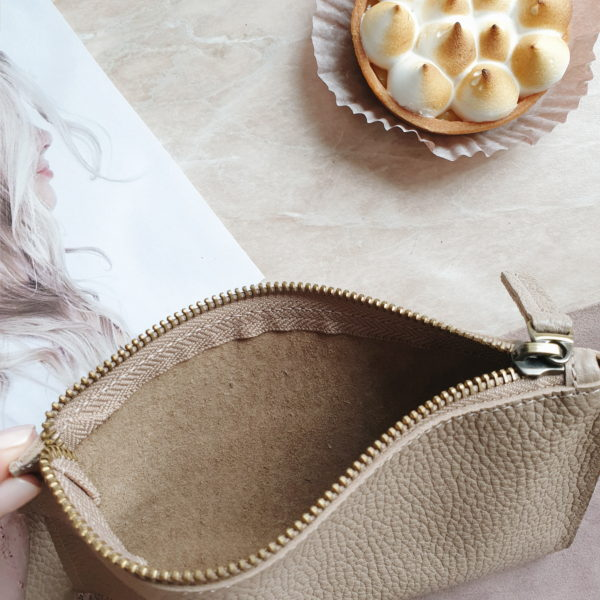 Косметичка в сумку на карабинах бежевая зернистая кожа