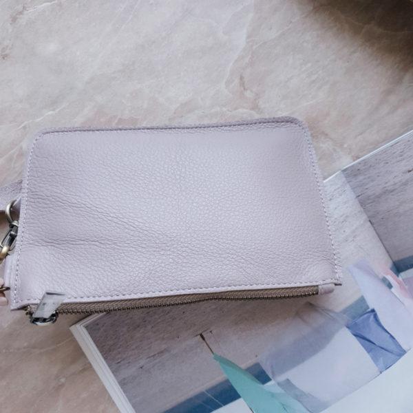 Косметичка в сумку на карабинах нежно-сиреневая зернистая кожа