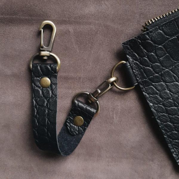 Косметичка в сумку на карабинах черная рептилия