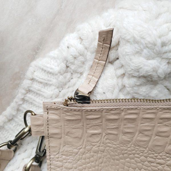 Косметичка в сумку на карабинах бежево-розовая рептилия