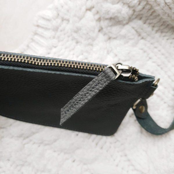 Косметичка в сумку на карабинах темно-серая зернистая кожа
