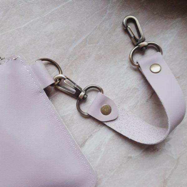 Косметичка в сумку на карабинах гладкая кожа нежная сирень
