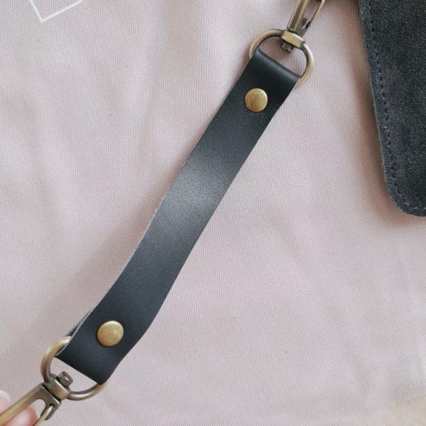 Косметичка в сумку на карабинах холодная серая замша с кожей