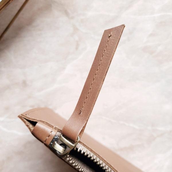Косметичка в сумку на карабинах гладкая кожа темный беж