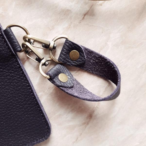 Косметичка в сумку на карабинах зернистая черничная кожа