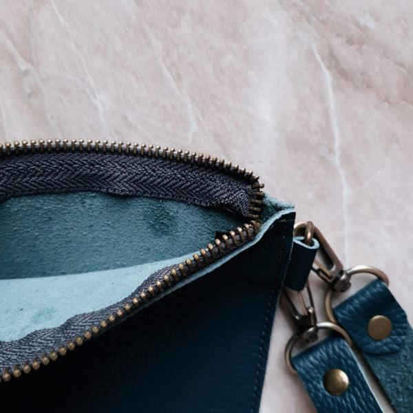 Косметичка в сумку на карабинах зернистая изумрудная кожа
