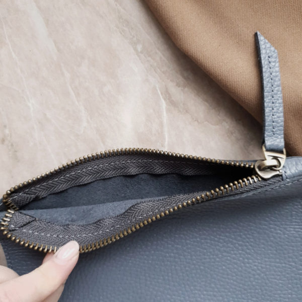 Косметичка в сумку на карабинах серо-голубая зернистая кожа