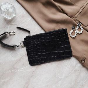 Косметичка в сумку на карабинах в коже черная рептилия