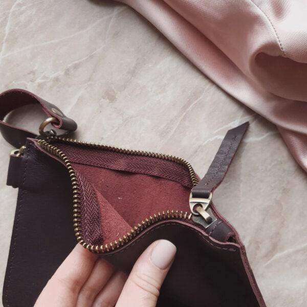 Косметичка в сумку на карабинах гладкая кожа марсала