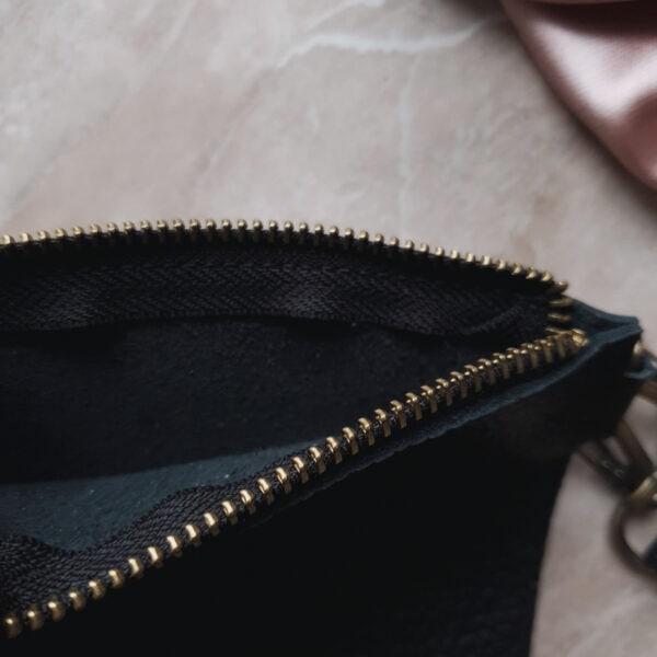 Косметичка в сумку на карабинах черная зернистая кожа