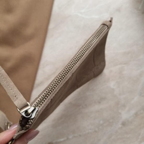 Косметичка в сумку на карабинах бежевая замша кроко